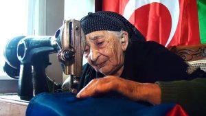 Ağdamlı Laçın nənə Şuşada dalğalanacaq Azərbaycan bayrağını tikir